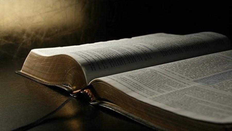 Nova versão da Bíblia trata Deus por Tu - Sociedade