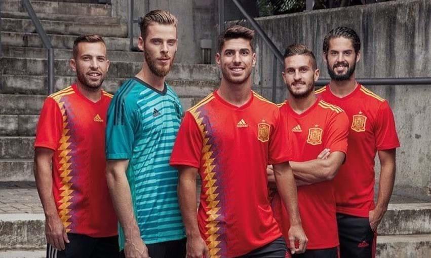 f6a5d2a39ca3d1 Nova camisola da seleção espanhola gera polémica - Futebol - Correio ...